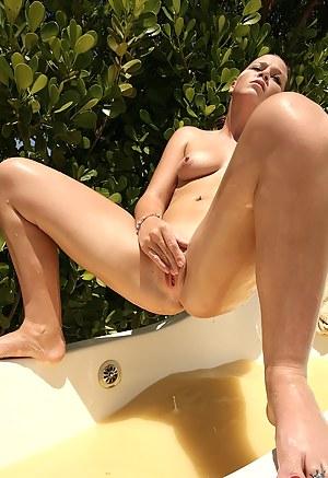 Free Bathroom Porn Pictures